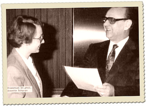 Annette Schavan und Gerhard Wehle mit Doktorurkunde