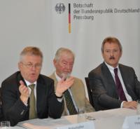Der deutsche Botschafter Axel Hartmann informiert gemeinsam mit Peter Bendixen und Wolfgang A. Wiesner (Sales Manager Akademie Wien) über die Gründung der Goethe Uni Bratislava (2012)